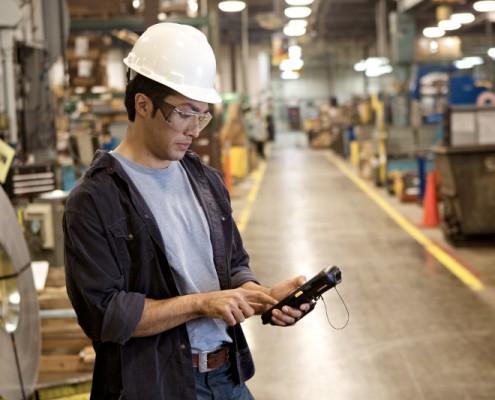 Royal_4_warehouse_employee_using_mobile_computer