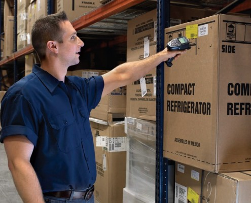 Royal_4_warehouse_worker_scans_item