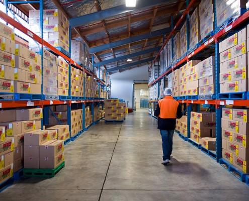 Royal_4_WMS_warehouse_worker_walks_aisle